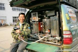 """山田周生(作者):摄影记者。周游世界的同时,对世界冒险竞走及原住民等进行摄影采访。2007年,山田成立了只用废油作为燃料环游地球的""""生物柴油冒险""""组织。在完成环游地球一周后的环游日本的行程中路过日本的东北地区时,滞留了一个星期,在此期间遭遇了大地震。现在,他仍在灾区进行支援活动。"""